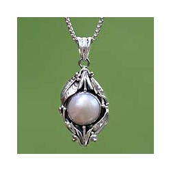 Sterling Silver 'Lily' White Freshwater Pearl Necklace (11 mm) (Bali)