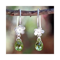Sterling Silver 'Cool Daisy' Peridot Flower Earrings (Thailand)