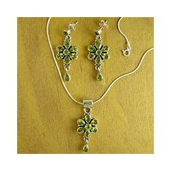 Handcrafted Sterling Silver 'Daisies' Peridot Jewelry Set (India)