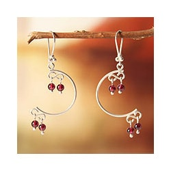 Handmade Sterling Silver 'Crescent Moons' Garnet Earrings (Peru) 8763374